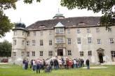 Interessierte Besucher beim Vortrag vor dem Schloss.